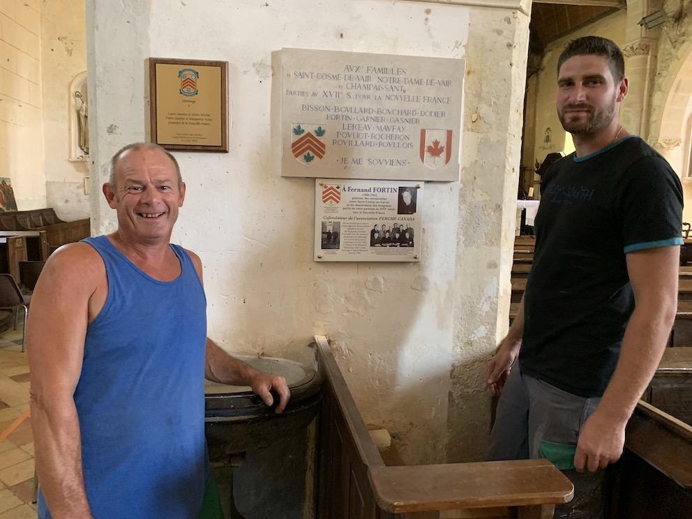 Patrick Justice et Stève Montier, employés communaux, au travail en l'église de Saint-Cosme